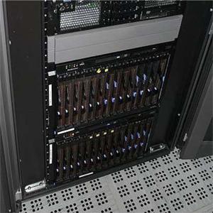 čtvrtotáčkový rychlouzávěr D7 PILOT v serverové skříni