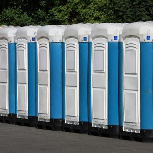 plastové zaražecí nýty spojují boční strany mobilních toalet
